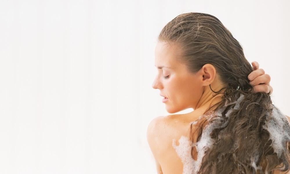 lavarse-el-cabello-rizado
